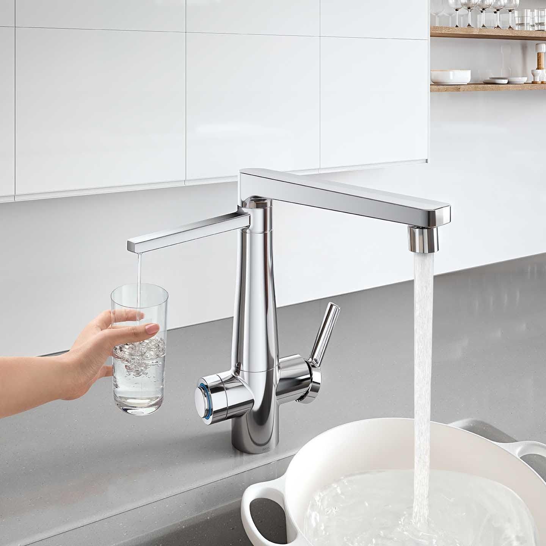 A melhor torneira com filtro para cozinha possui a bica e o filtro acoplados.