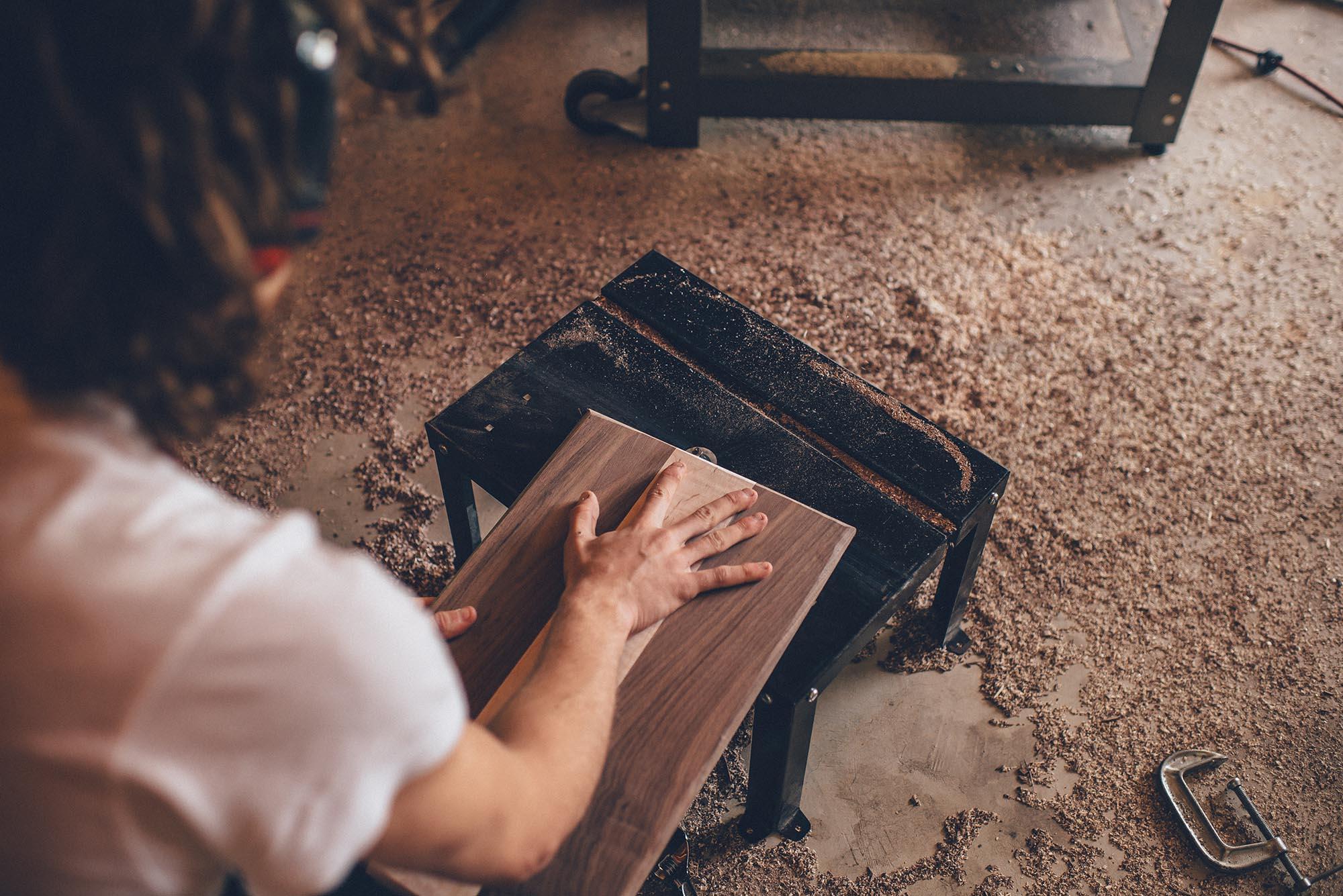 Para escolher a melhor cola para madeira é preciso considerar alguns detalhes importantes.