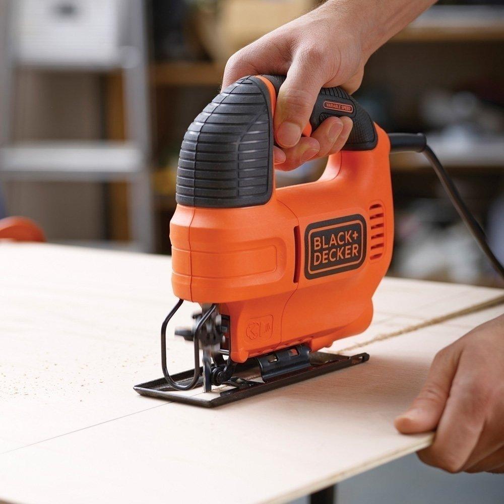 pessoa cortando tábua de madeira com a melhor serra tico-tico