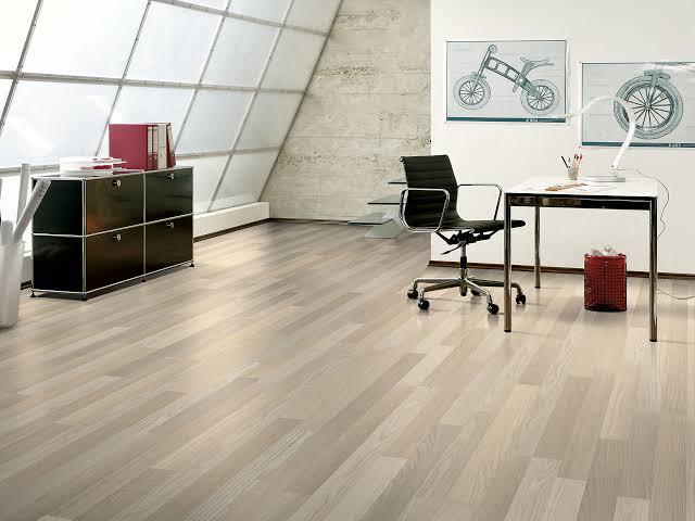 Para escolher o melhor piso laminado entre um piso vinílico é preciso identificar seus diferenças.