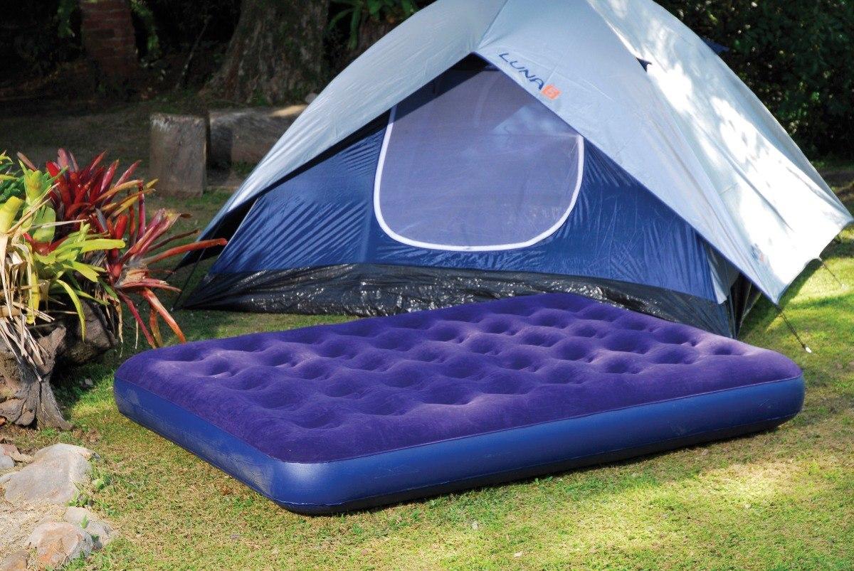 melhor colchão inflável em frente a uma barraca de camping