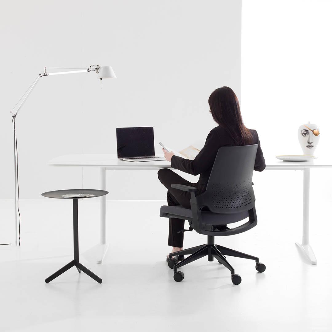 pessoa trabahando sentada nas melhores cadeiras para escritório