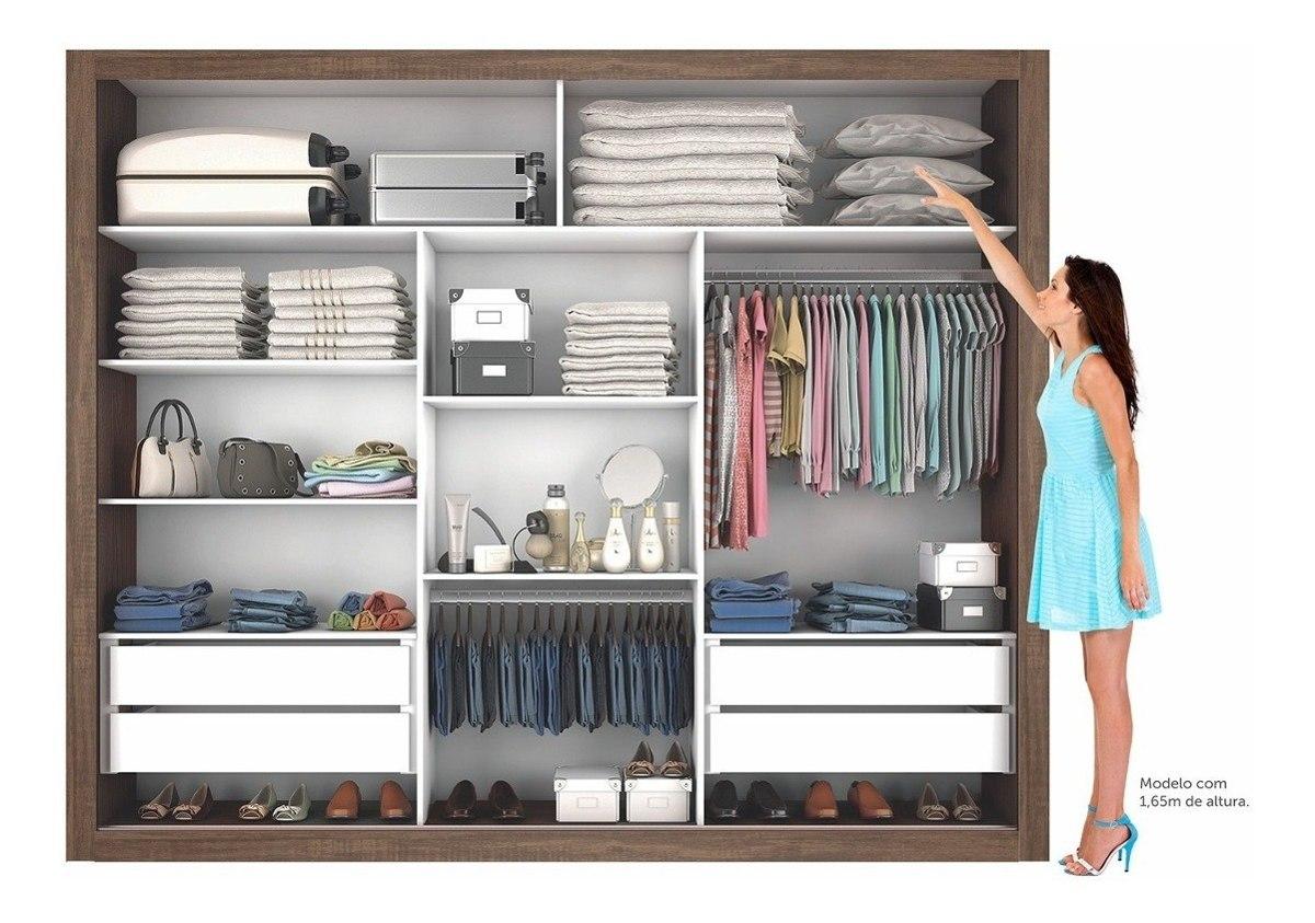 mulher organizando roupas no melhor guarda roupa de casal.