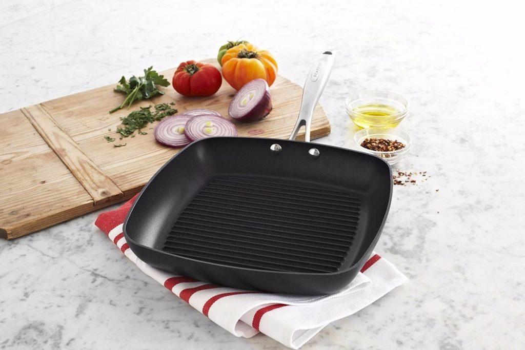 Há vários modelos de panelas de titânio populares no mercado, como a frigideira grill.