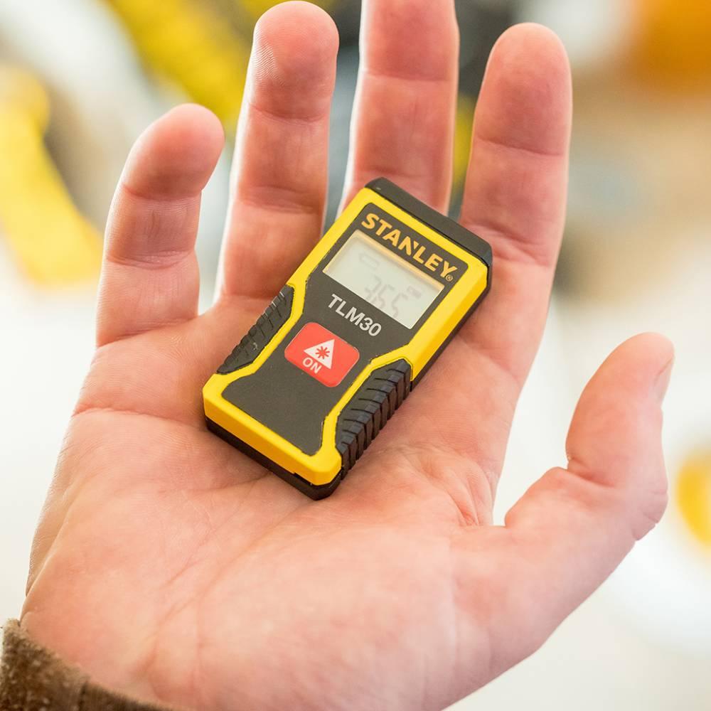 Trena Laser Stanley mini na palma da mão de uma pessoa