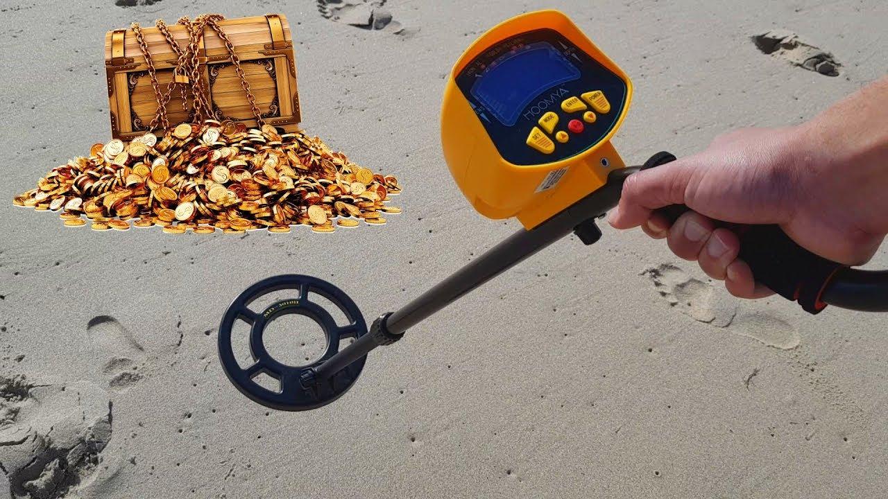 pessoa na praia usando o melhor detector de metais para achar tesouros enterrados