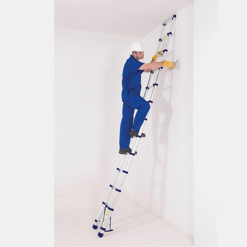 homem subindo na melhor escada telescópica