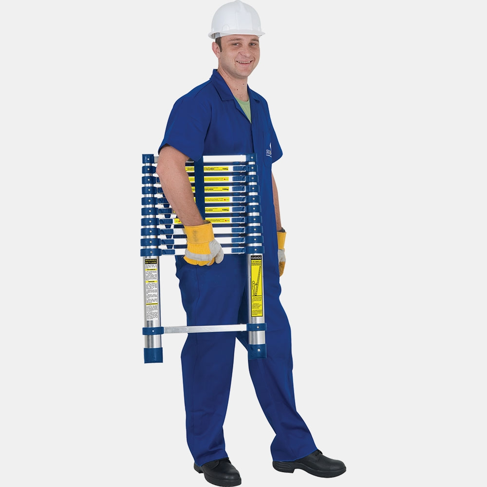 homem segurando a melhor escada telescópica