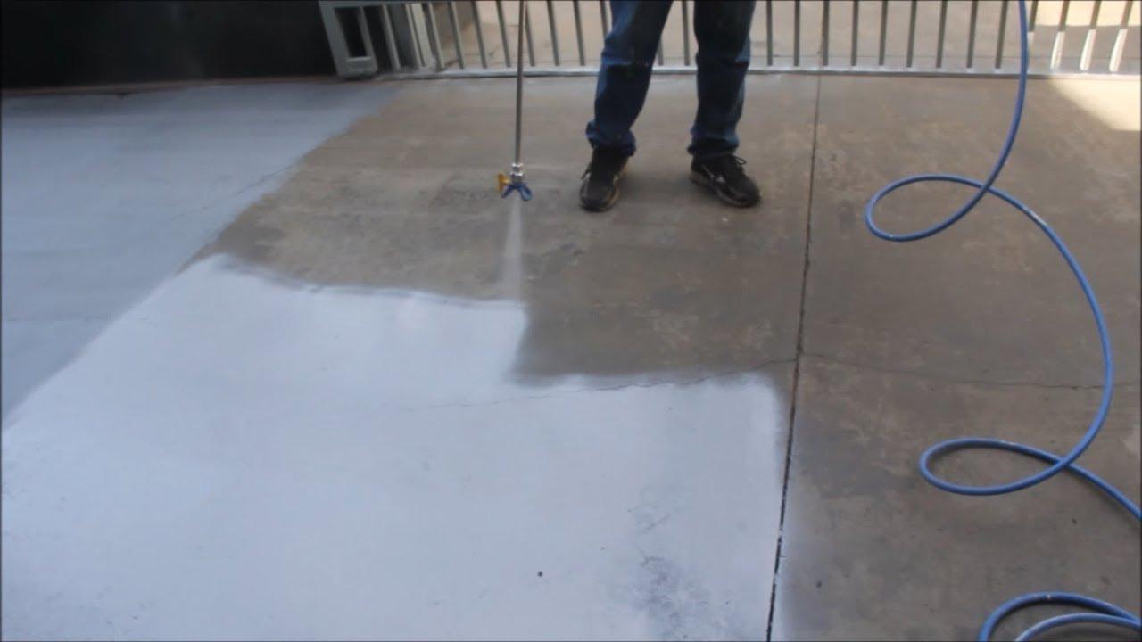 homem pintando o chão com máquina airless