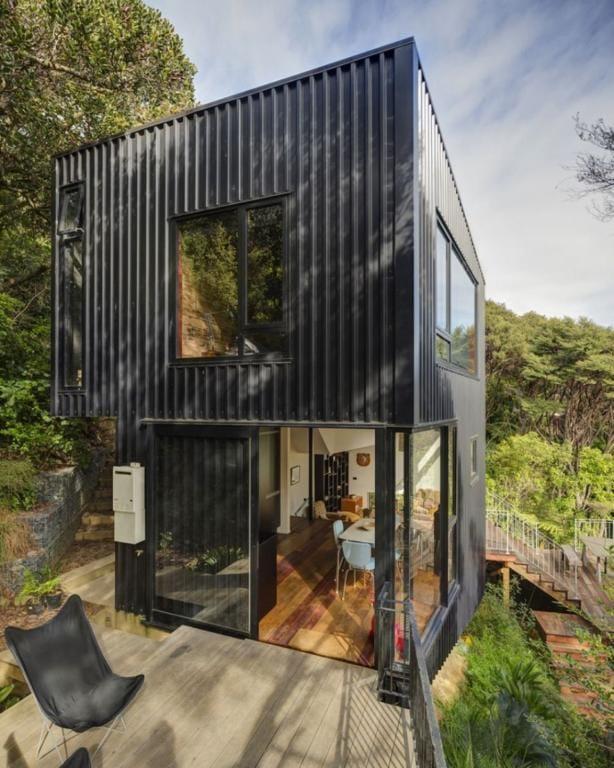 casa container de dois andares preta