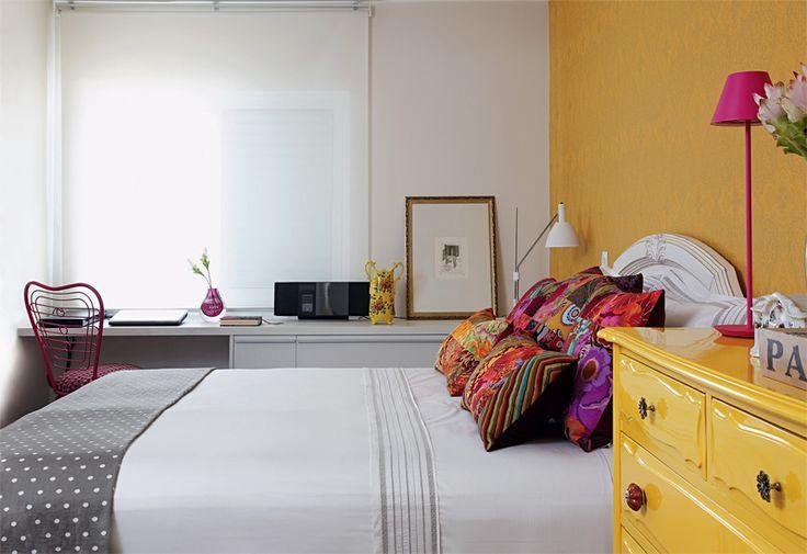 Móveis e paredes coloridas nos quartos