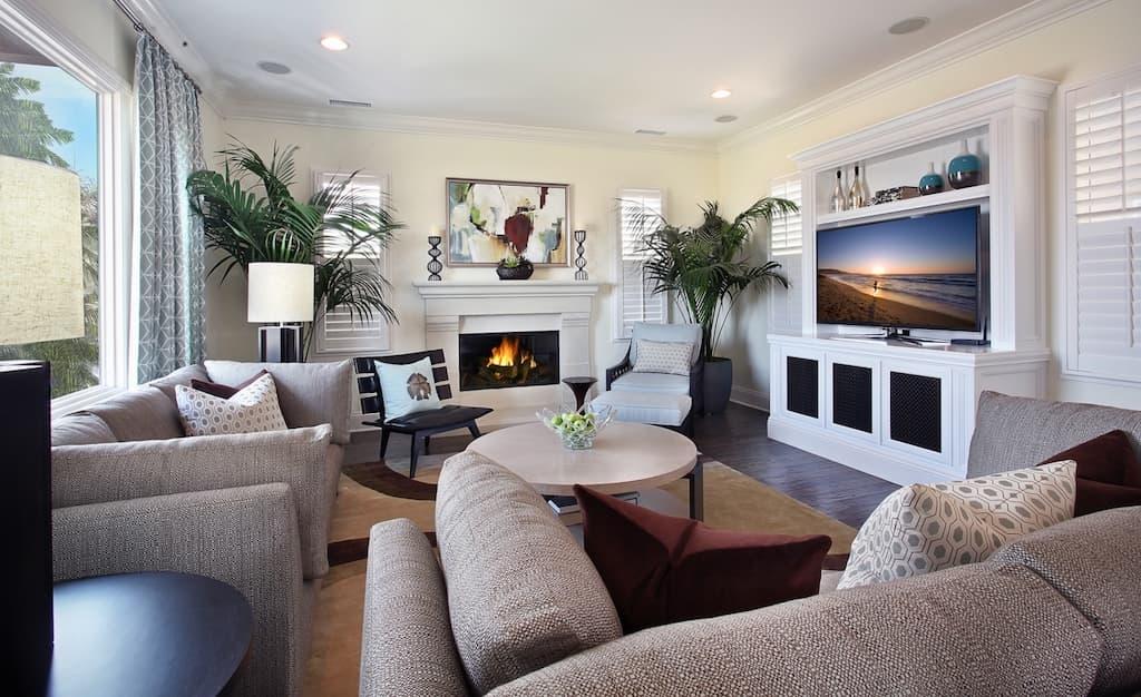 Salas de tv pequenas veja mais de 86 fotos or amento for Normal window design