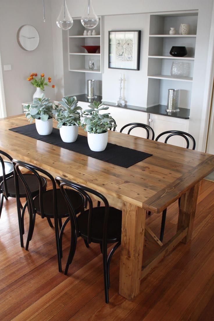 vasos de planta sobre a mesa
