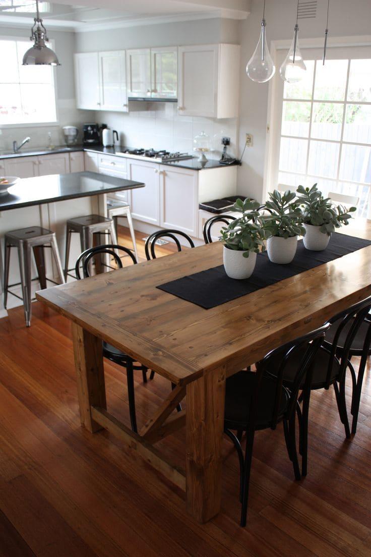 mesa com vasos de flor em cima