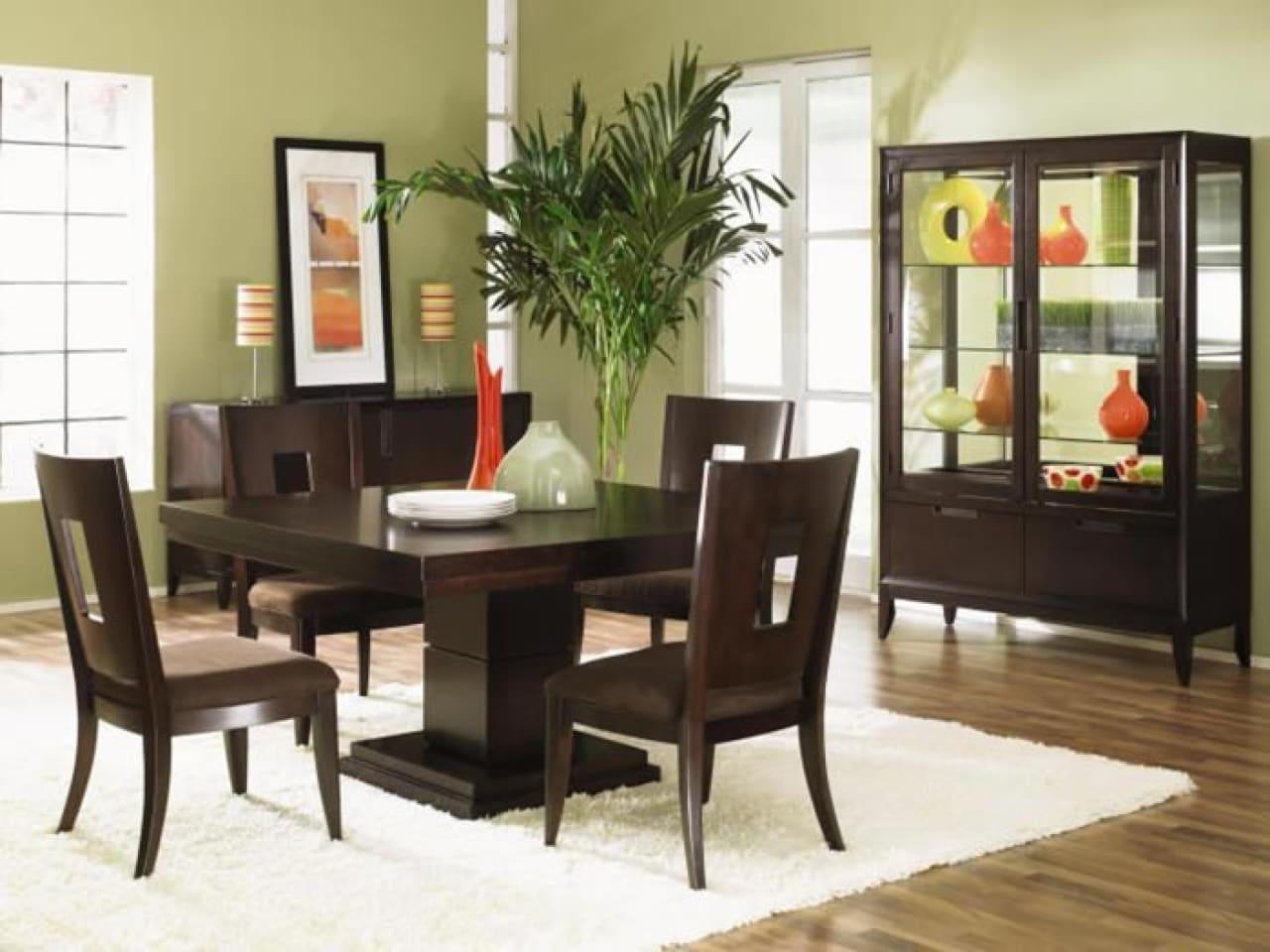 sala com uma mesa pequena de madeira