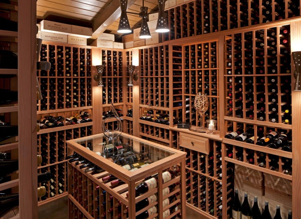 adega lotada de vinhos