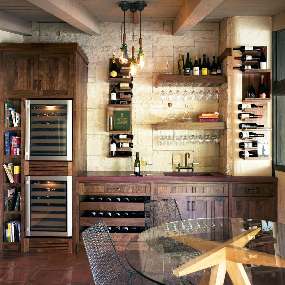 vinhos guardados na parede