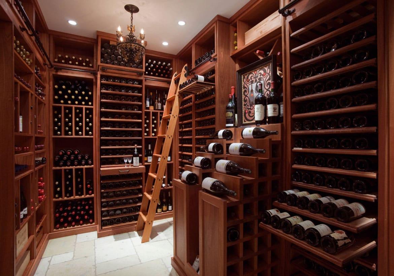 adega de vinhos com escadinha