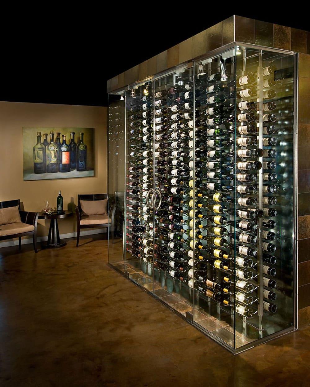 Vinhos dispostos no meio da sala