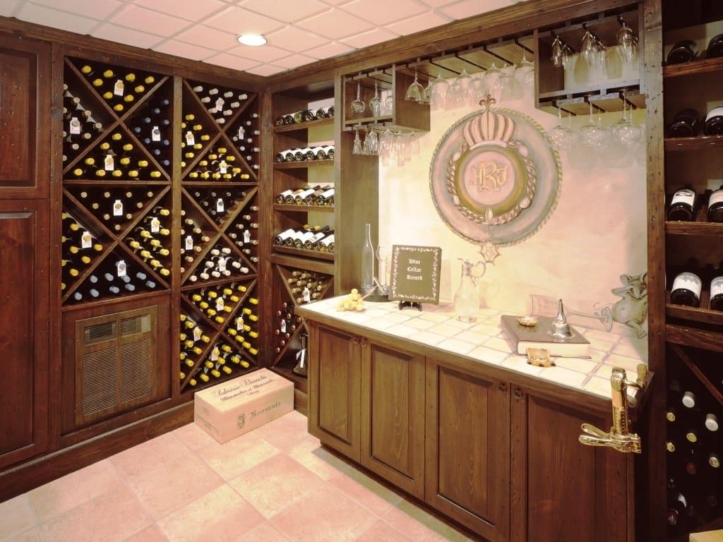 balcão dentro da adega de vinhos