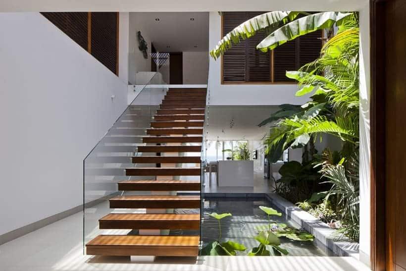 Resultado de imagem para Escada reta com revestimento em madeira e espelho vazado