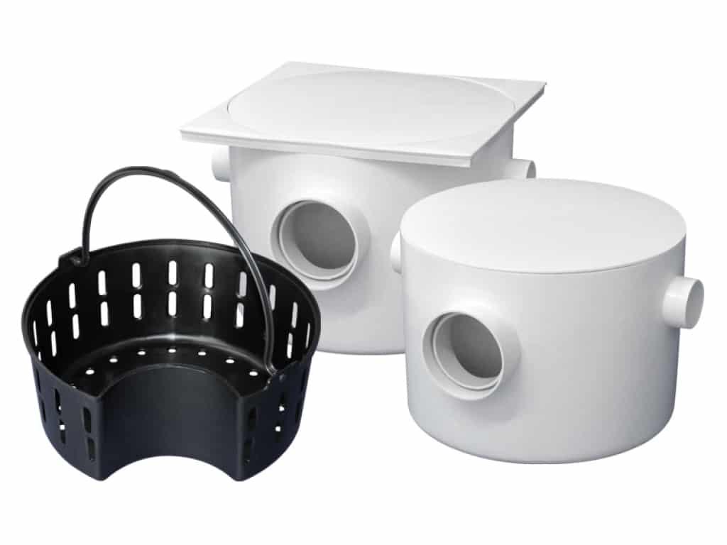 Toda caixa de gordura deve conter, uma entrada de uma lado, uma saída do outro e uma cesta para facilitar a limpeza.