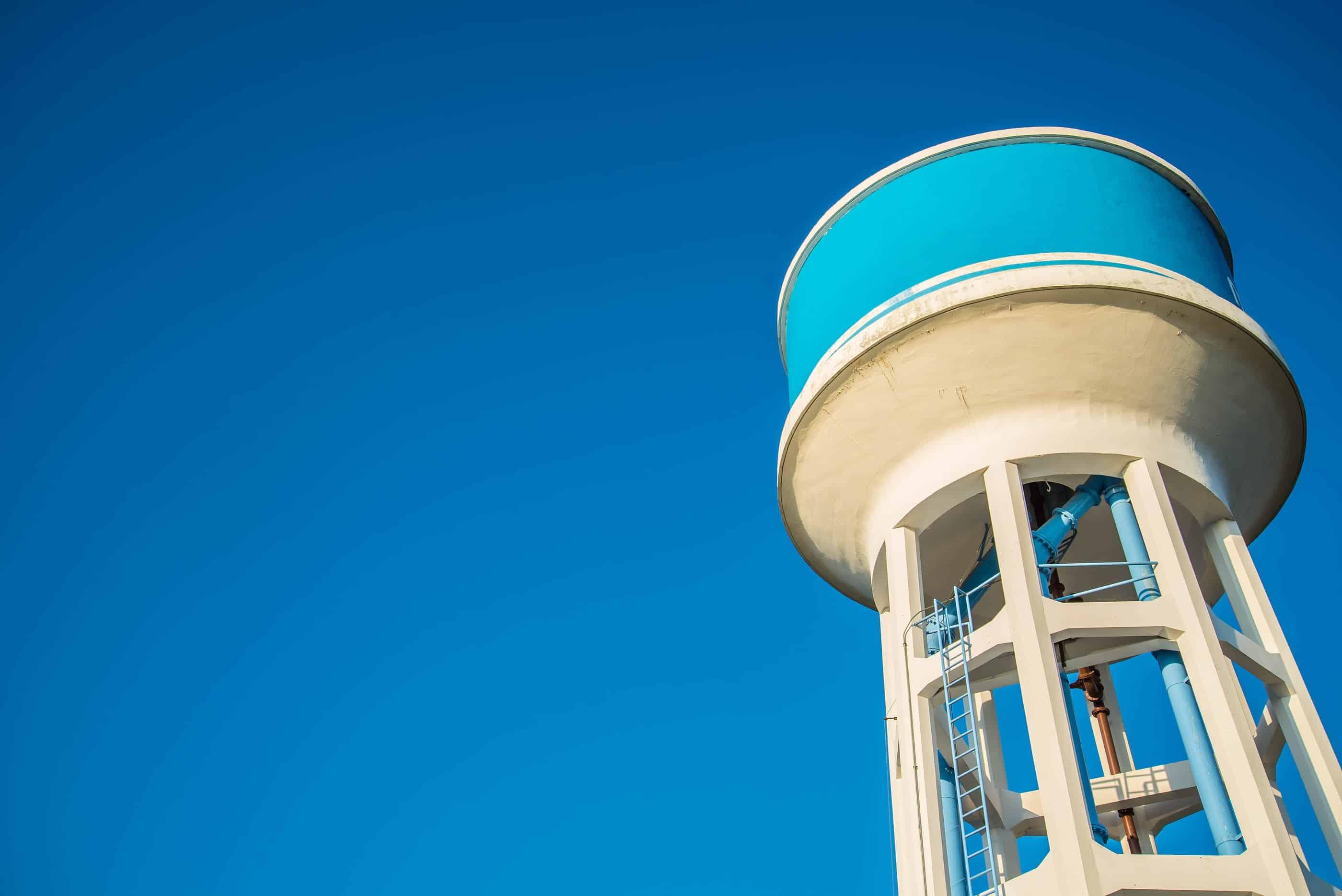 A caixa d'água serve para armazenar água na falta de abastecimento, por isso o cálculo da caixa d'água é essencial.