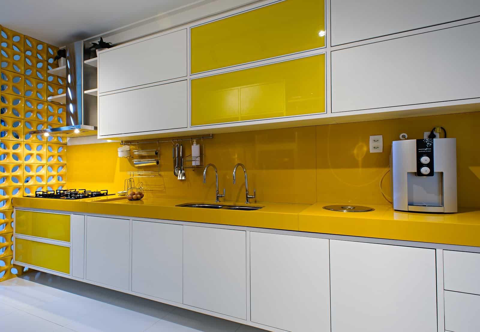 O Marmoglass na cozinha promove maior versatilidade de cores e fácil manutenção.