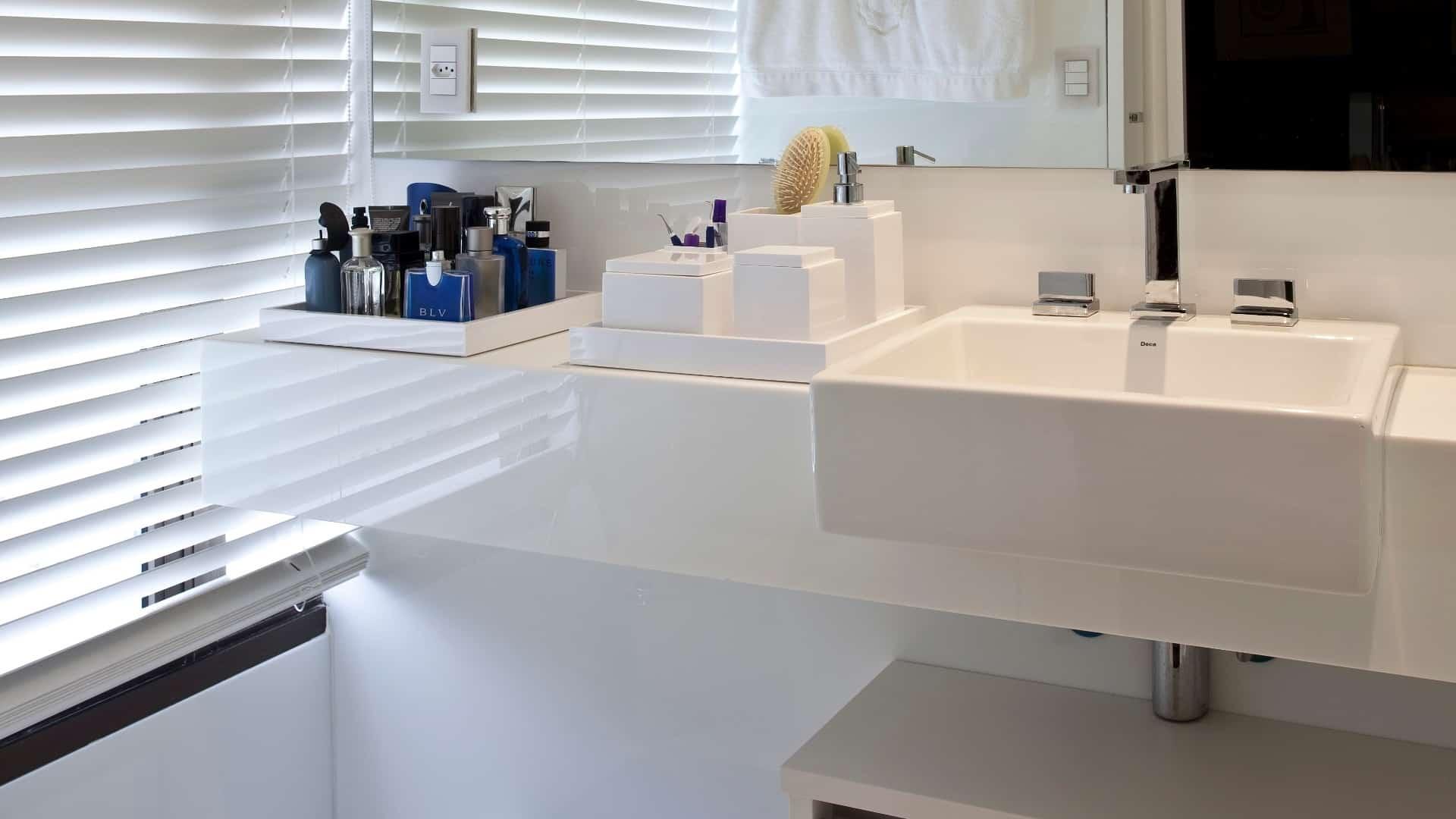 Marmoglass no banheiro facilita a limpeza e oferece mais iluminação.
