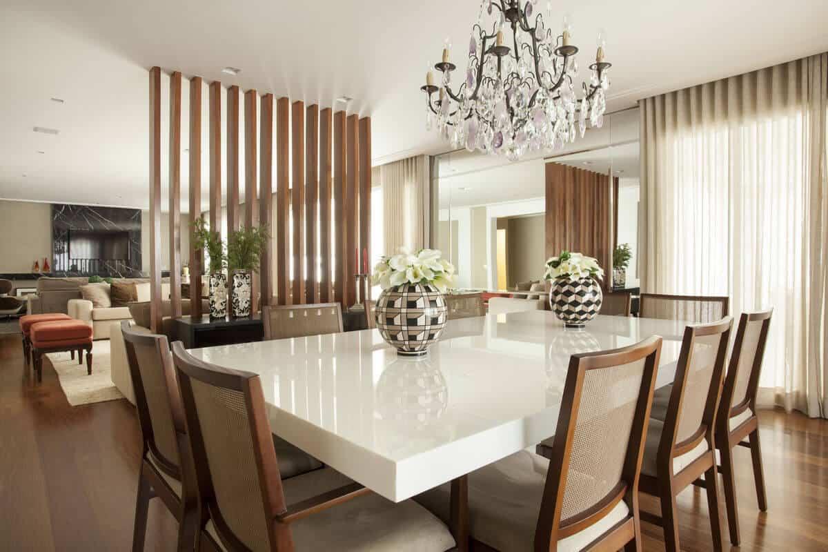 Na sala o marmoglass pode ser utilizado como tampão de mesa para uma maior sofisticação no ambiente.