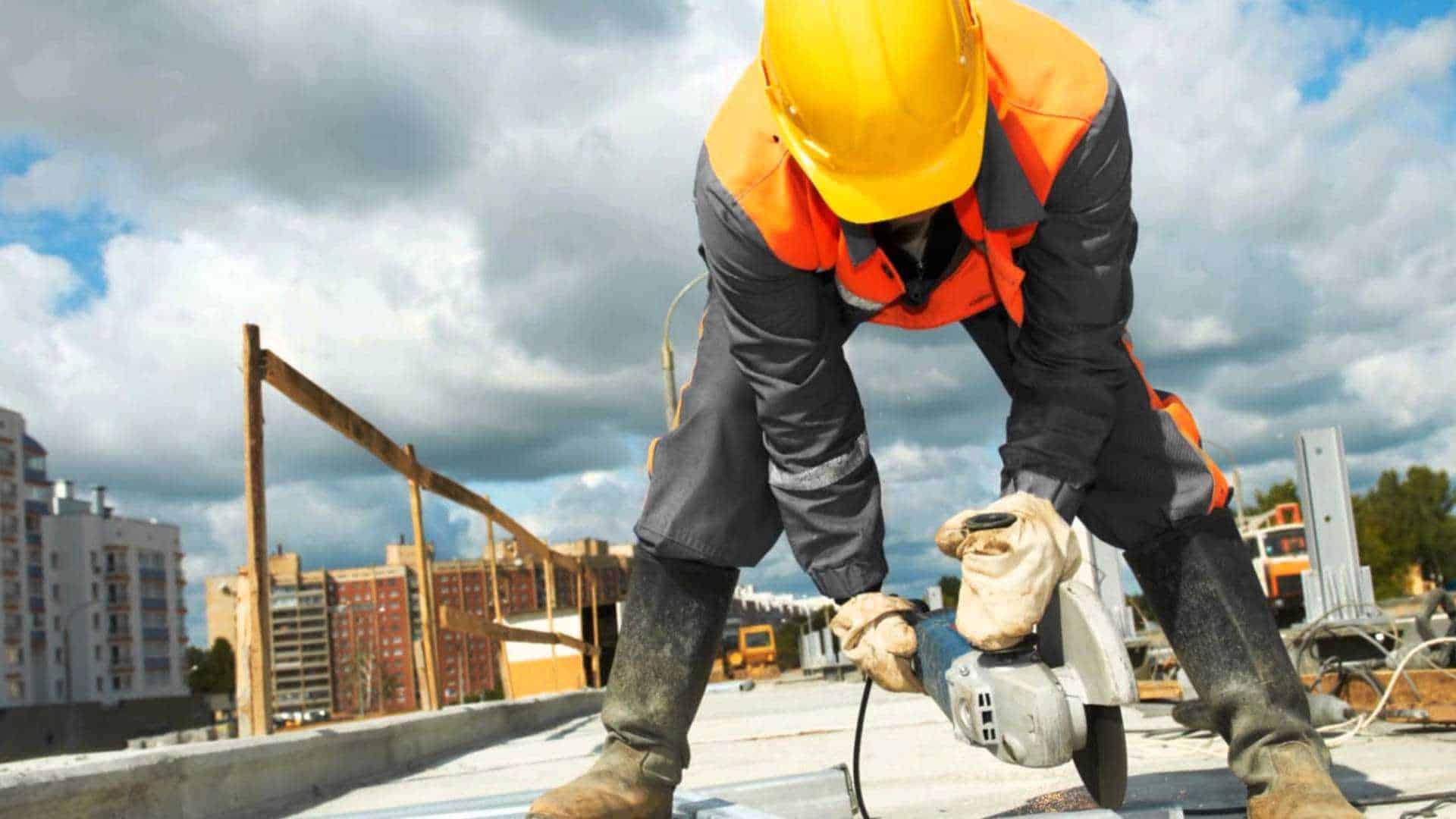 É preciso providenciar os equipamentos necessários para garantir a segurança do trabalho na construção civil.