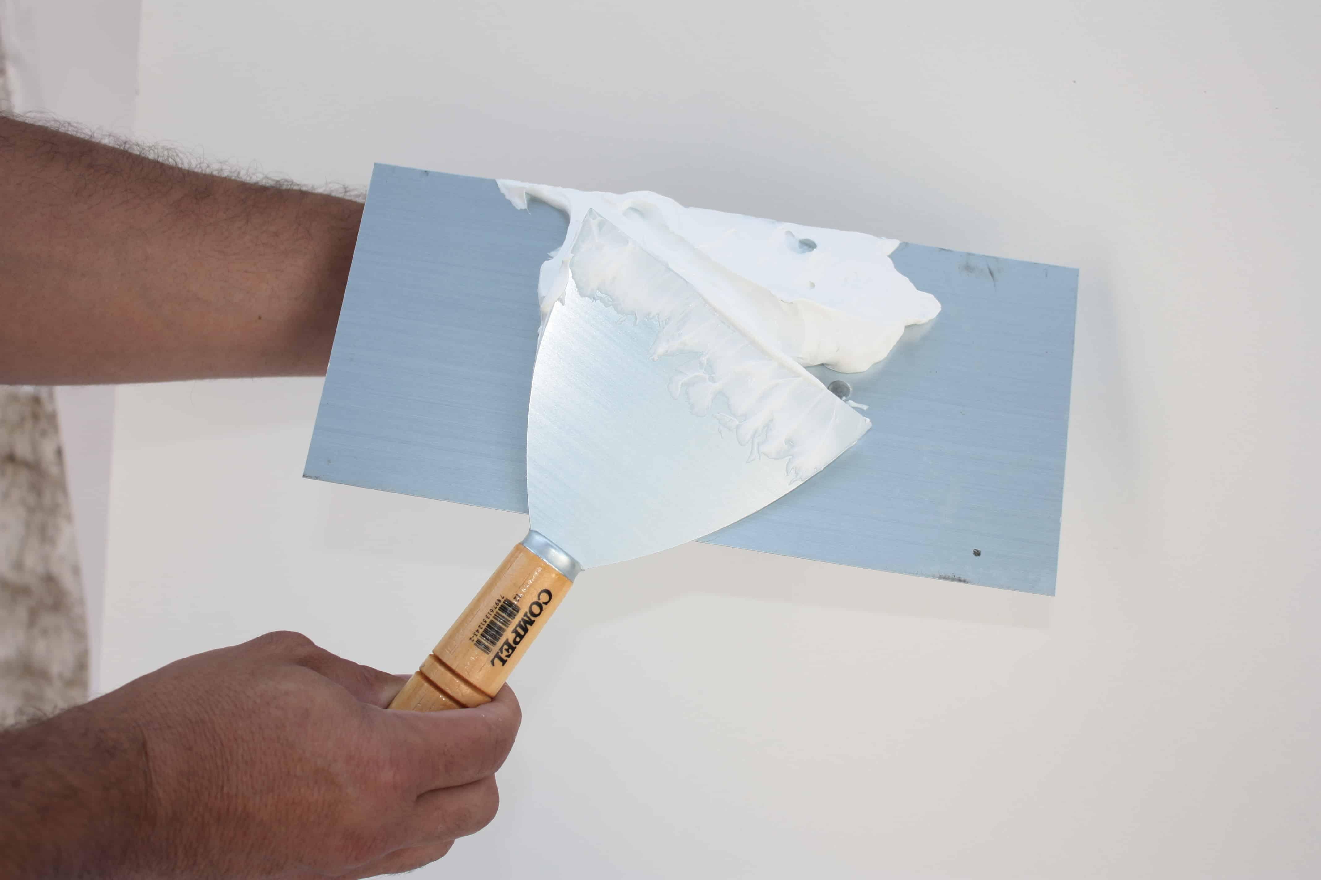 Massa acrílica é uma massa corrida dada antes da pintura para garantir o nivelamento e remover imperfeições.