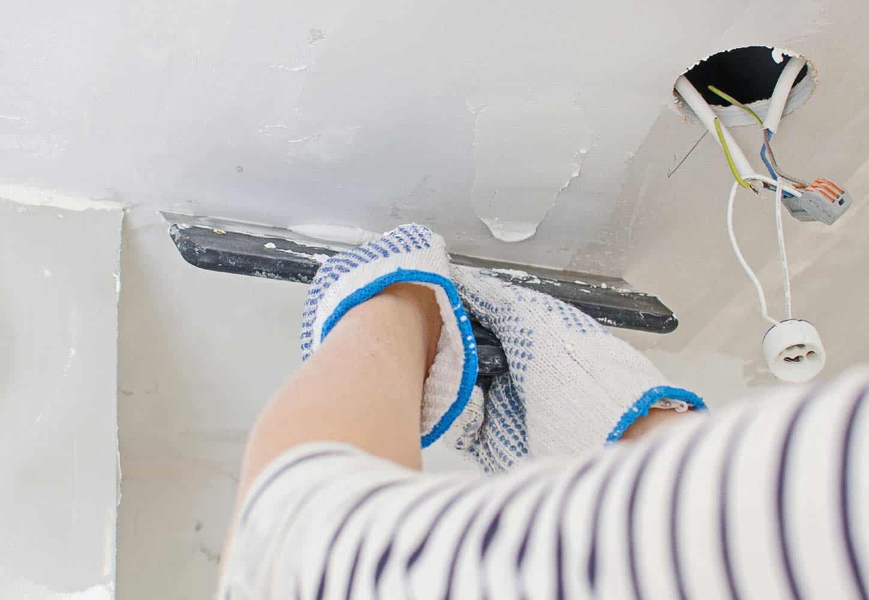 Além de corrigir imperfeições, a massa acrílica é resistente, fácil de aplicar e de secagem rápida.