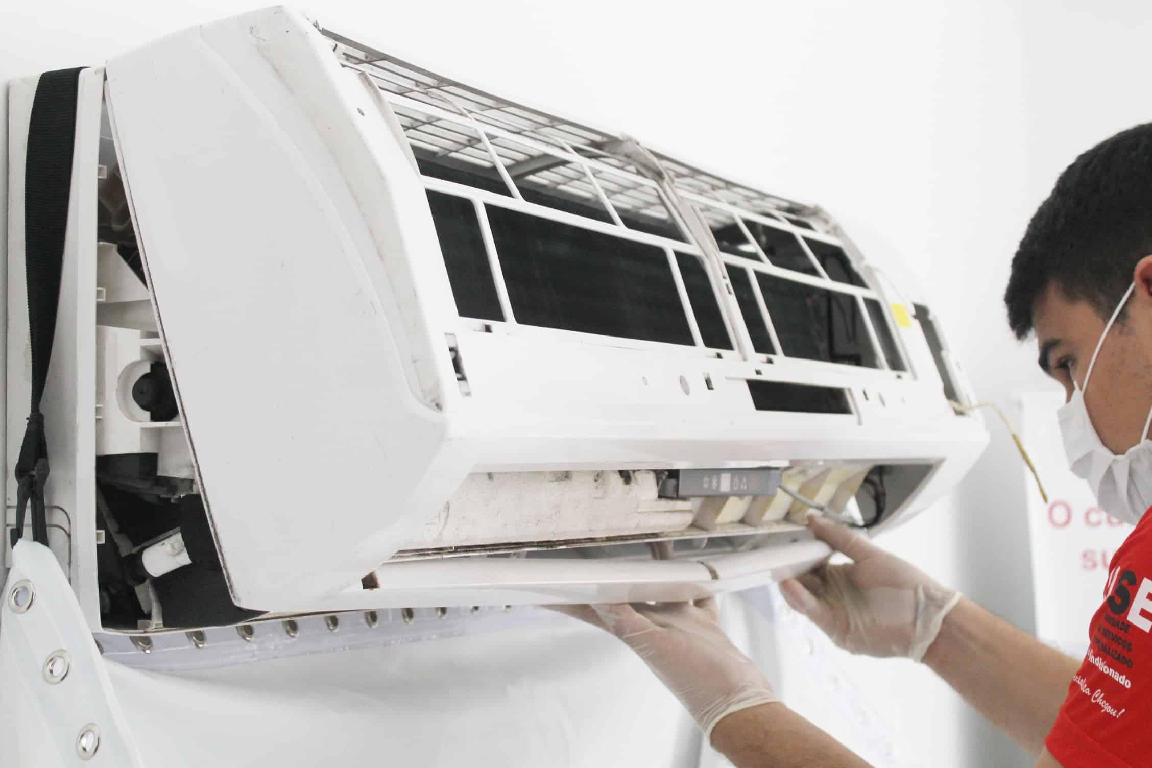 A limpeza de ar condicionado especializada e profissional é necessária todo ano.