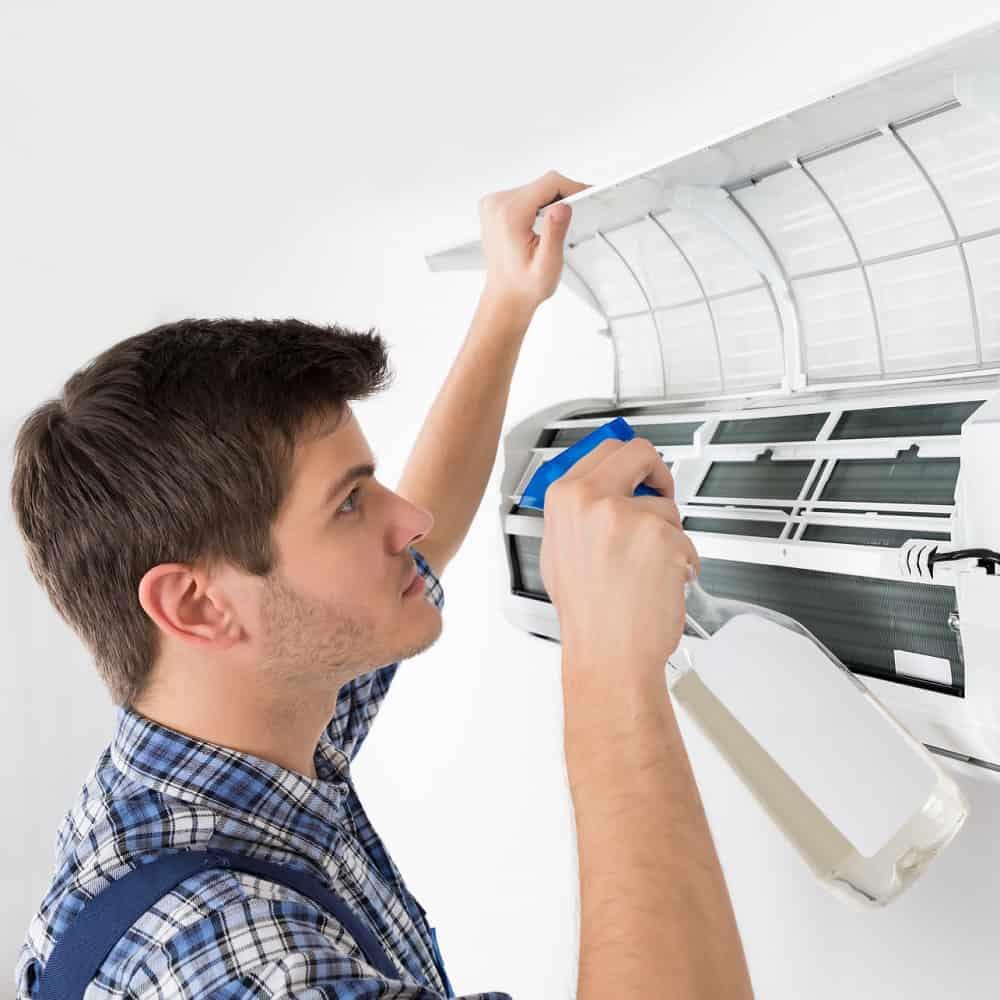 A limpeza de ar condicionado é muito simples de ser feita.