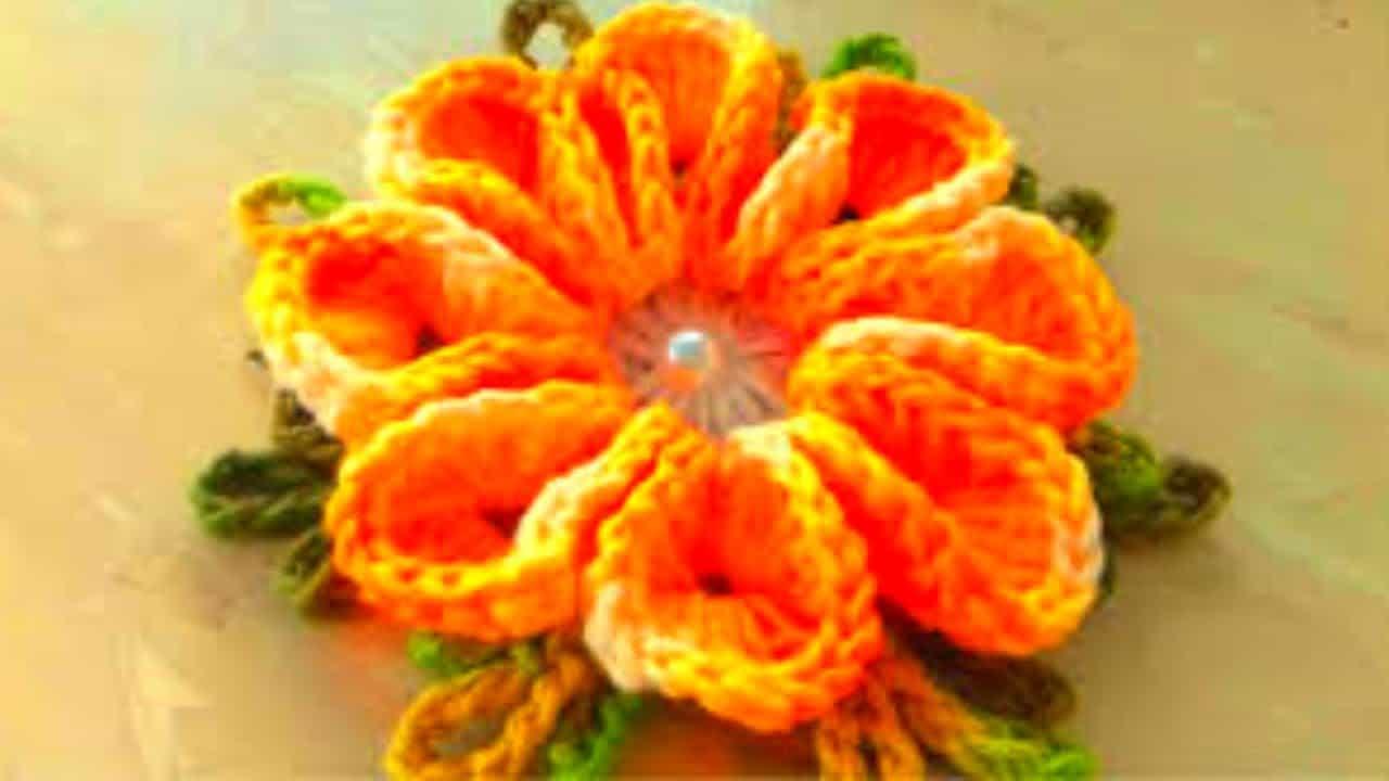 Alguns tutorias ensinam como fazer flor de crochê de forma simples.