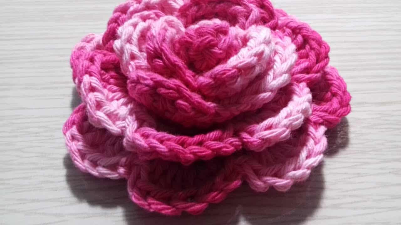 Há muitos tutoriais que ensinam como fazer flor de crochê mais elaboradas.