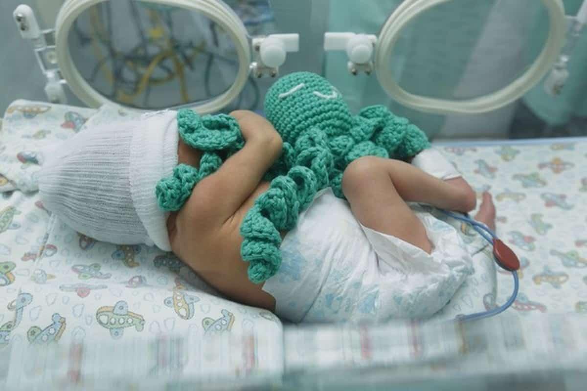 Para doações à bebês prematuros é preciso seguir o passo a passo do projeto original que ensina como fazer polvo de crochê.