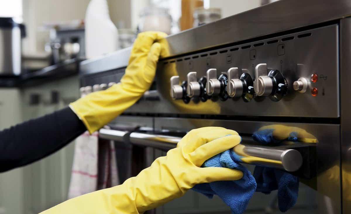 É preciso aprender como limpar fogão para mantê-lo impecável todos os dias.