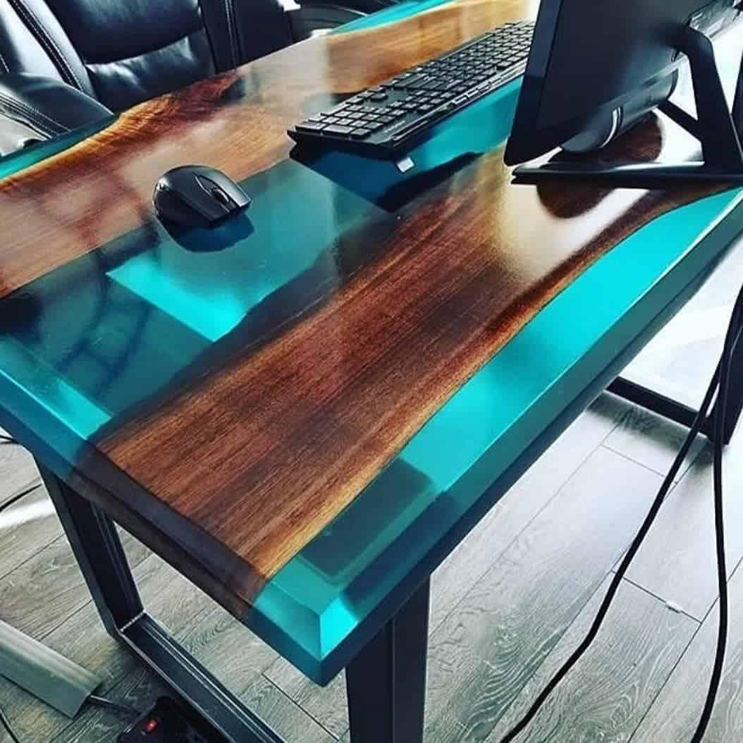 A resina utilizada no curso de mesas resinadas é a Epoxi.