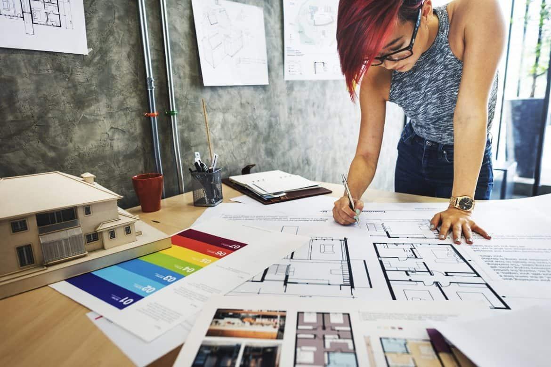 O curso de design de interiores deve abranger as disciplinas necessárias para capacitar o profissional na área.