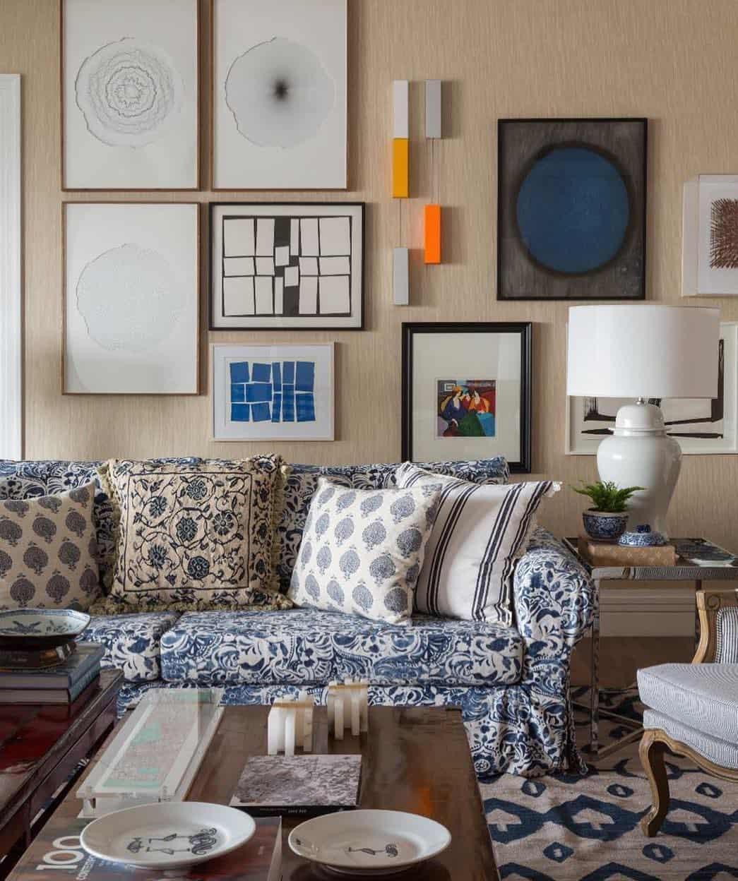 Estampa do sofá combinando com o ambiente