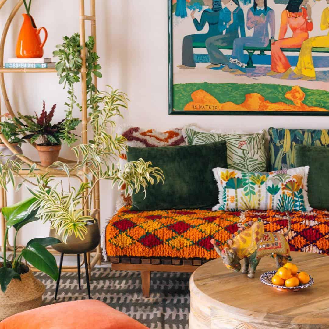 Sala de estar alegre e colorida