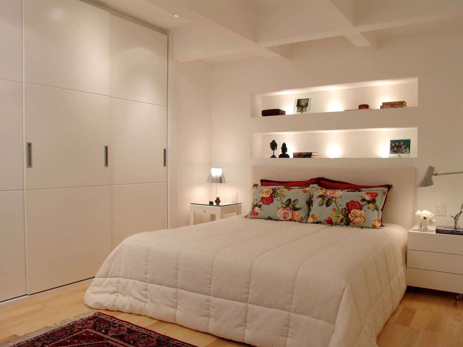 Nicho com iluminação acima da cama