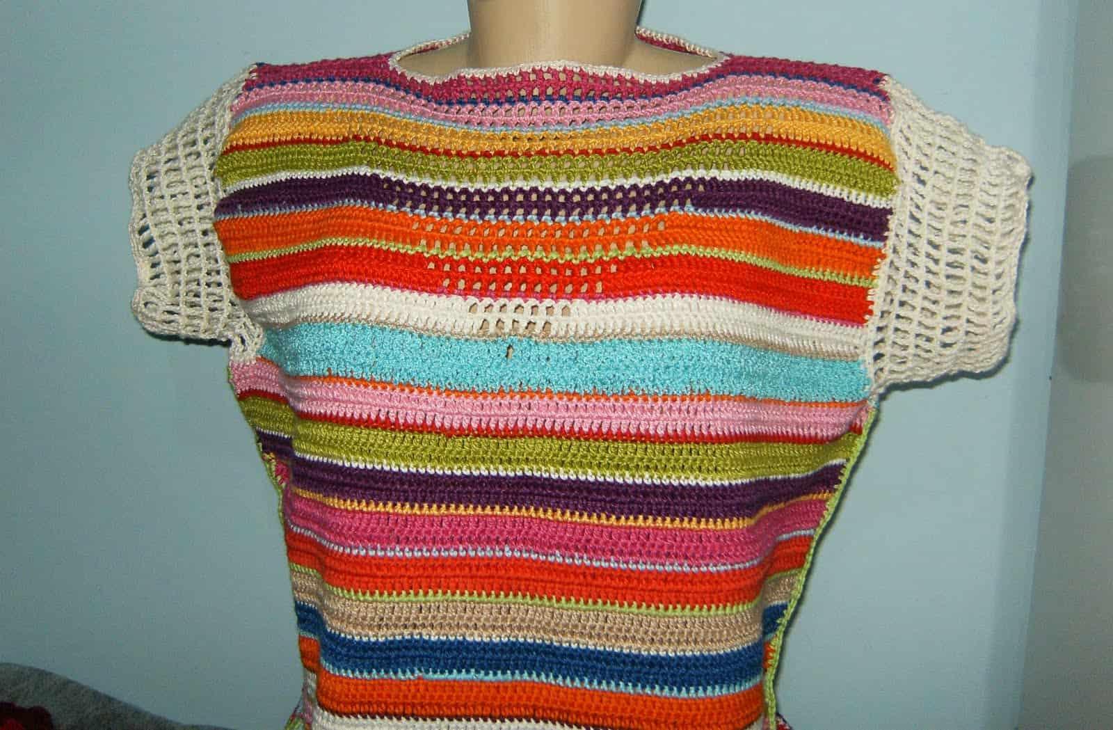 A blusa de corchê colorida é uma opção alegre par ao verão.