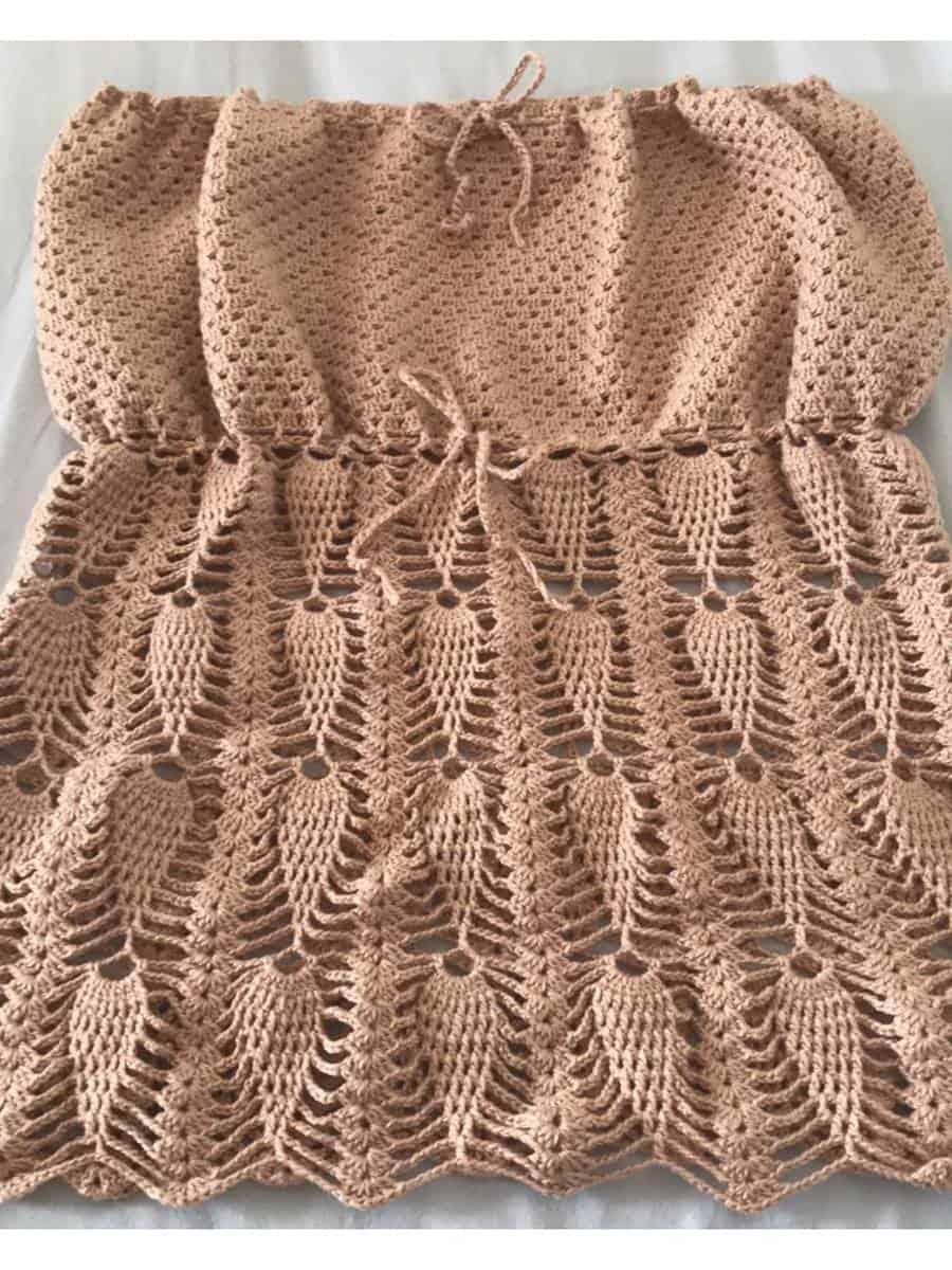A blusa de crochê tomara que caia tipo batinha é um clássico que não sai de moda.