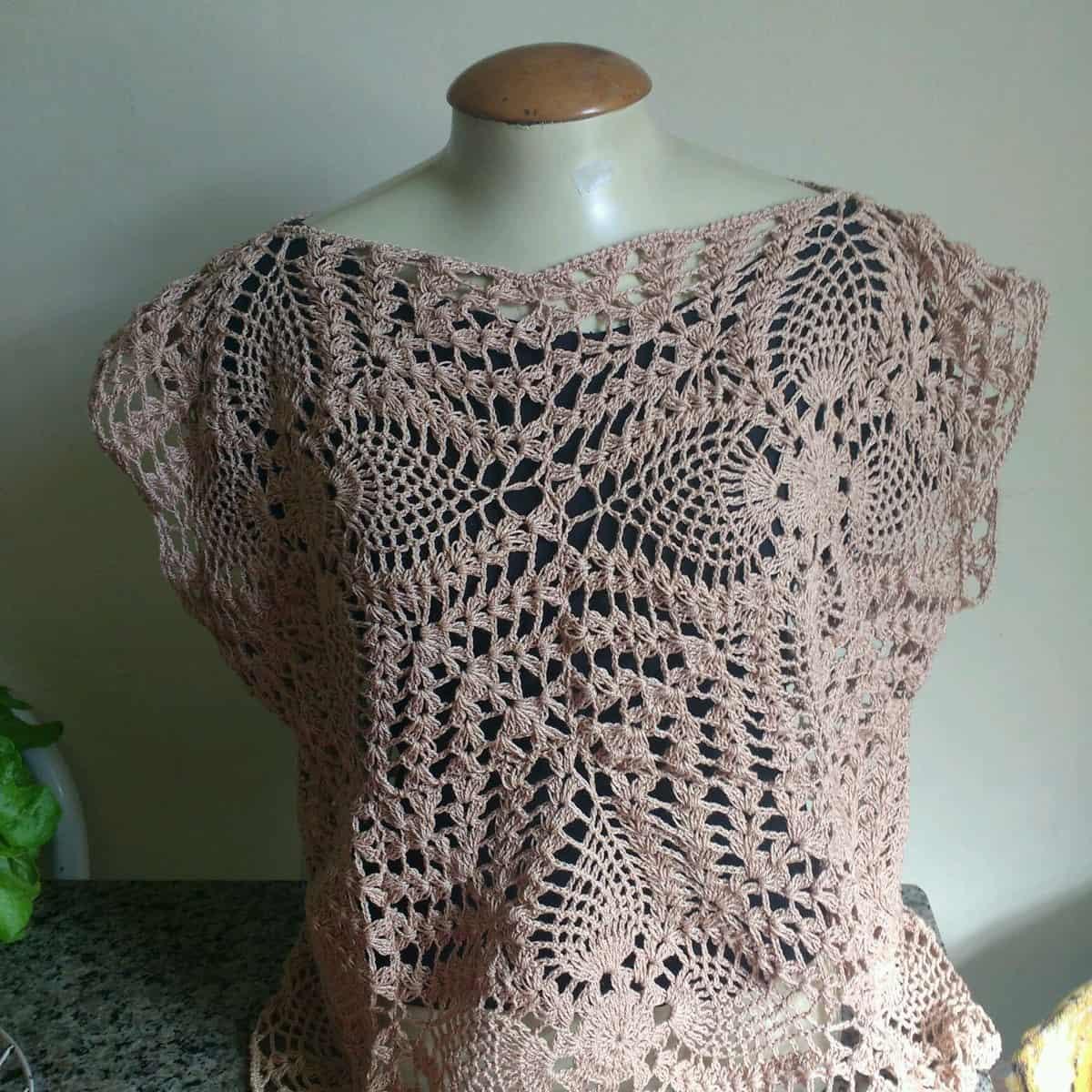 O ponto de crochê abacaxi é muito utilizado nas blusas por cirar diferentes designs.