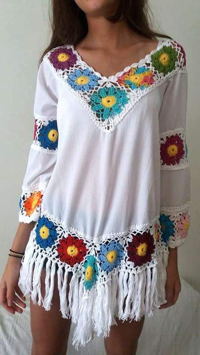 As flores podem ser incorporadas ao crochê ou aplicadas na blusa.