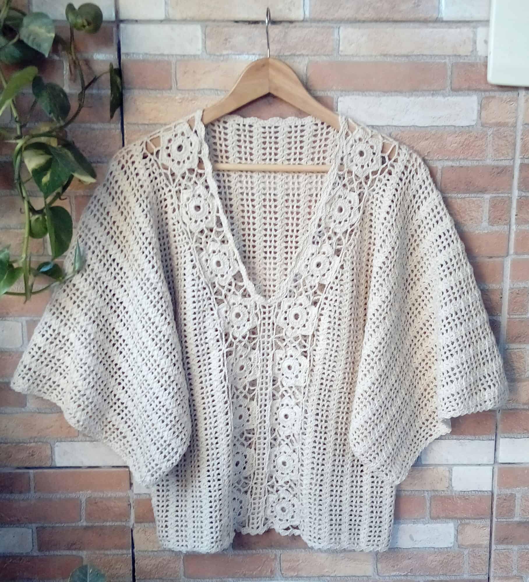 A blusa de crochê em gola em V é um clássico de muitos estilos.