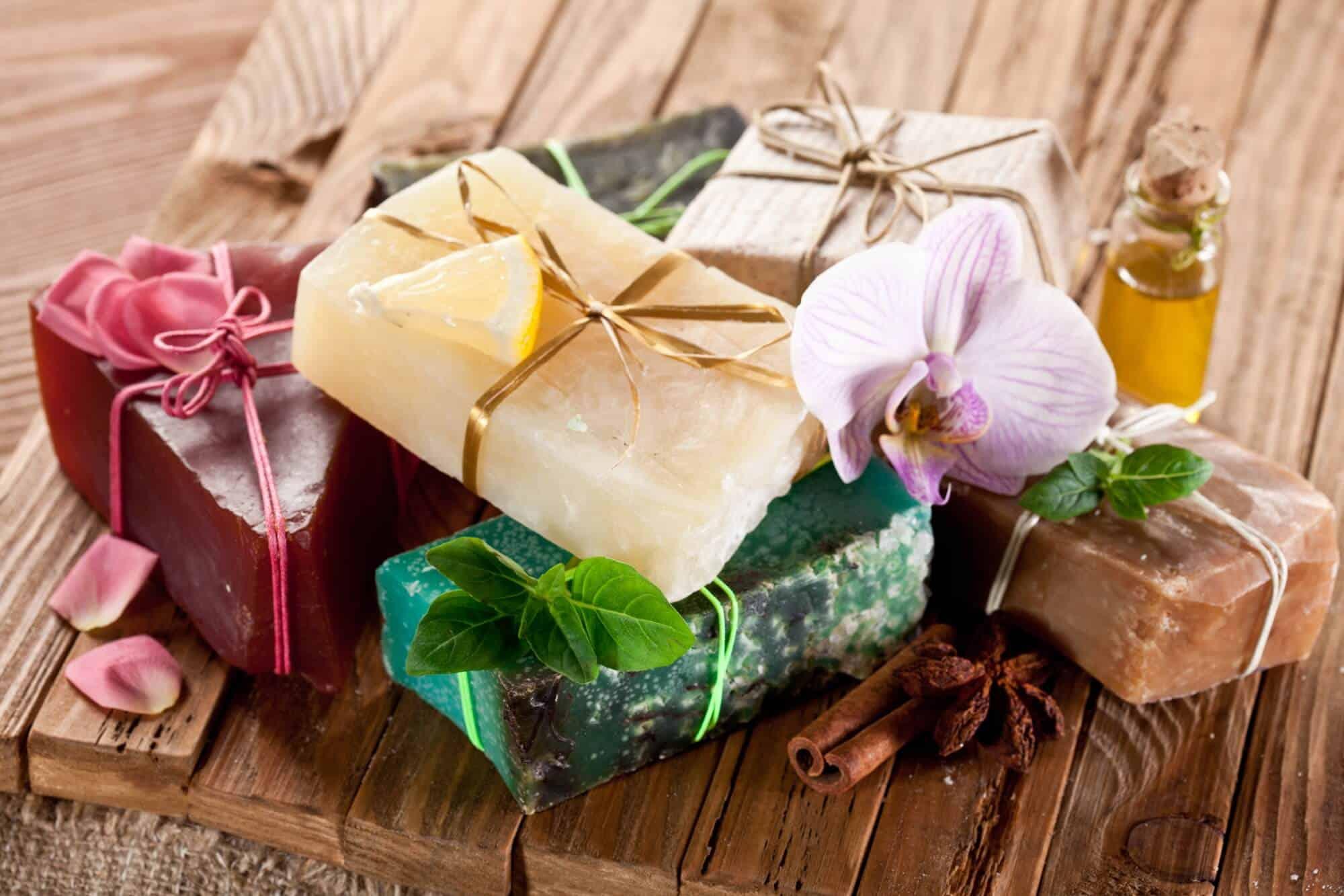 Aprender como fazer sabonete artesanal pode ser muito lucrativo.